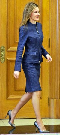 Navy Set - Letizia stylish in a blue skirt suit during an audience at Zarzuela Palace. She chose a pair of pewter pumps to complete her chic outfit. Hollywood Fashion, Royal Fashion, White Fashion, Vogue, Royal Family Portrait, Family Portraits, Outfits For Spain, Suits For Women, Clothes For Women