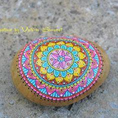Galet peint mandala  #handmade #handpainted #faitmain #paintedpebble…