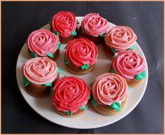 """Cupcakes """"roses"""" pêche-framboise.   { sans sucre ajouté, allégé en matières grasses, sans gluten, sans lactose }."""