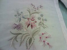 This Pin was discovered by Mih Silk Ribbon Embroidery, Hand Embroidery Designs, Floral Embroidery, Embroidery Patterns, Machine Embroidery, Sewing Crafts, Sewing Projects, Thread Work, Needle And Thread