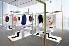 Не менее интересными и привлекательными являются и установки для демонстрации одежды, представляющие собой геометрические фигуры.