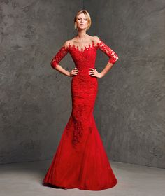 LAVERNE. Amazing long mermaid dress with a strapless neckline and elbow-length sleeves. A sublime creation that shows a perfect symbiosis of tulle and lace that covers the body with magnificent details at the neckline and on the sleeves. A work of art.