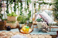 Balkongen kan ge en extra livsdimension i stan. Att ställa ut några utemöbler, mysa till med odlingar och blommande växter behöver inte vara så svårt. Vi har samlat smarta lösningar och inspiration till årets sköna balkongliv.