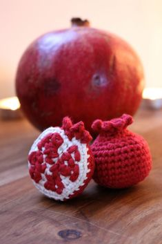 The pomegranate is a symbol of Yalda and so, as a crochet enthusiast, I of course had to write a free crochet pomegranate pattern! Crochet Fruit, Crochet Food, Crochet Crafts, Free Crochet, Crochet Projects, Crochet Patterns For Beginners, Easy Crochet Patterns, Crochet Patterns Amigurumi, Crochet Designs