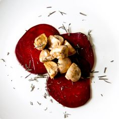 Balsamic Beet Carpaccio w/Rosemary Marinated Mushrooms - (Vegan, Raw Food, Gluten Free, Nut Free, Allergy Friendly) Marinated Mushrooms, Stuffed Mushrooms, Raw Vegan, Vegan Vegetarian, Raw Food Recipes, Gluten Free Recipes, Veggie Christmas, Vegan Side Dishes, Vegan Burgers