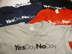 100% cotone  - Collo a V - Stampa sul petto e sulla manica www.yesdaynoday.com