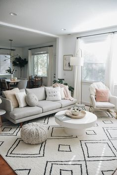 Hold up to date with the latest small living room decoration a few ideas (chic & modern). Find great methods for getting fashionable design even although you have a small living room. Living Room Grey, Living Room Interior, Home Living Room, Living Room Designs, Living Room Furniture, Apartment Living Rooms, Cozy Apartment, Budget Living Rooms, Modern Small Living Room