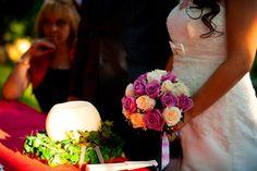 Rosas blancas y moradas, una bonita e como base para las flores de una boda