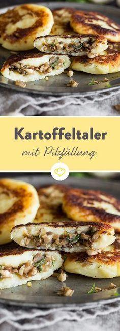 Die goldbraun gebratenen Taler schmecken herrlich nach Kartoffel und verbergen im Inneren eine würzige Füllung aus Champignon und Zwiebel.
