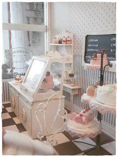 dollhouse cafe de paris Best Doll House, Dolls House Shop, Doll Houses, Vitrine Miniature, Miniature Rooms, Diy Dollhouse, Dollhouse Miniatures, Bakery Shop Design, Mini Cafe