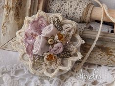 Brož podzimně - zimní Romantická brožka na kabát, klobouk, šálu, šátek, čepici, kabelku.... stačí přišít nebo připnout spínacím špendlíkem. Barva šeříková Průměr 8 cm