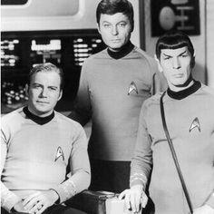 Never say the modern movies of Star Trek are better than the original. Liftoff for the Starship Enterprise - Kirk (William Shatner), Bones (DeForest Kelley), and Spock (Leonard Nimoy) Star Trek Original Series, Star Trek Series, Star Trek Tos, Spock, Cinema Tv, Films Cinema, Leonard Nimoy, William Shatner, Star Trek 1966