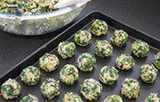 Este platillo de Bolitas de espinaca es una receta de verduras para niños  alta en hierro y fibra.