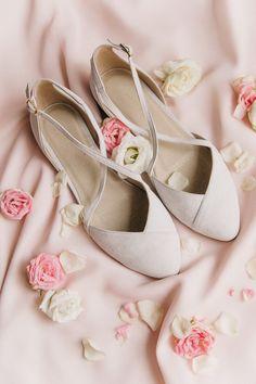 wedding shoes boda W - weddingshoes Converse Wedding Shoes, Wedge Wedding Shoes, Bride Shoes Flats, Ballet Wedding Shoes, Bridesmaid Shoes Flat, Wedding Flats For Bride, Dress Flats, Shoes Men, Best Bridal Shoes