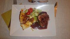Oxfilé med potatiskaka, rödvinsås och sallad