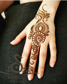 Choose one ☝️ Some cute and simple henna ideas 😘 . Henn… Choose one ☝️ Some cute and simple henna ideas 😘 . Henna artist , her work is so inspirational 🦋 . Floral Henna Designs, Finger Henna Designs, Simple Arabic Mehndi Designs, Mehndi Designs For Girls, Mehndi Designs For Beginners, Modern Mehndi Designs, Mehndi Design Pictures, Mehndi Designs For Fingers, Beautiful Mehndi Design