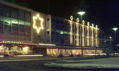 1967. Oude Markt. V & D met toen nog mooi versierde kerstetalages.