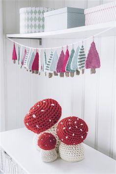 Tema 40: 8 og 9 Juletre girlander og fluesopp #jul #strikk #christmas #knit Knit Christmas Ornaments, Christmas Knitting, Christmas Diy, Holiday, Crochet Crafts, Diy Crafts, Crochet Mushroom, Drops Design, Love Crochet