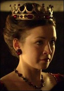 Bishop Gardiner crowned Mary Tudor Queen of England at Westminster Abbey; Mary was the first Queen of England to be crowned in her own right. IMAGE: Princess Mary Tudor as portrayed by Sarah Bolger on the Showtime series, 'The Tudors'. Los Tudor, Tudor Dress, Medieval Dress, First Queen Of England, Tudor Series, Enrique Viii, Renaissance, The Tudors Tv Show, Queen Mary