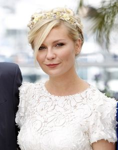 Kirsten Dunst and the flowers in her hair. Prettiness. Flower crowns for spring! Flower crowns for everyone! Let's make this happen.