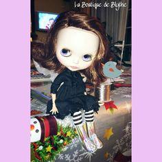 Que botas me pongo? #fbn #muñeca #dolly #doll #nancyfamosa #madeinspain #dollshoes #leather #muñeca #doll #nancy #bigeyesdoll #boutiquedenancy #nancydefamosa #seventies #dollcollector #famosatoys #lesly #lukas #zapatospepes #pepes #handmade #lasmuñecasdefamosa #instadoll #blythe