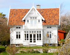 Norwegian house- this looks very familiar. Norwegian House, Swedish House, Beautiful Norway, Beautiful Homes, Scandinavian Home, Nordic Home, Exterior Design, Interior And Exterior, White Houses