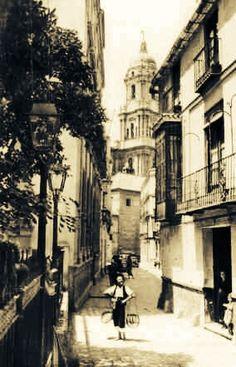 Calle de San Agustín. Málaga, España. Arriba fondo, torre de la Catedral Abajo vendedor ambulante de pescado fresco, llamado El Cenachero.