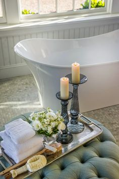 Für eine tolle Vignette im Bad nehme man: flauschige Handtücher, einen Schwamm o. Ä., einen Strauß frischer Blumen und zwei Kerzenständer. Diese Vignette hat eine schöne Balance. (gefunden bei: HGTV Dream Home 2015)