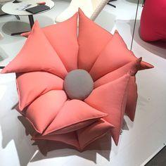 Comfortabele stoel met bloemenvorm (van Yuki Abe) #Design #Bloemen Voor meer stoelen kijkt u op: http://eetkamerstoelen365.nl/