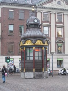 Quiosques Antigos...Compenhaga Fun Art, Cool Art, Travel Around The World, Around The Worlds, Guard House, Kiosk Design, Montmartre Paris, Copenhagen Denmark, Riga