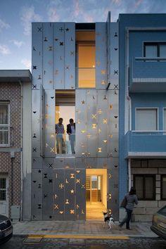 Haus 77 in Portugal - Fassade aus Aluminiumpaneele mit perforierten Symbolen
