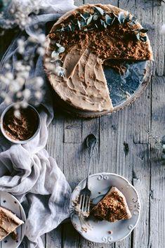 500 ml de queso batido desnatado  5 cucharadas de crema lotus biscotti  2 sobres de cuajada .  de 6 a 7 galletas lotus . Reserva un par para decorar  para la base- masa de galletas especiadas .  añade todos los ingredientes en un cazo , pon a fuego medio / alto hasta que casi rompa a hervir. Retira del fuego y sin dejar de remover termina de hacer la crema. Debe quedar homogénea.  Vierte sobre la base la crema y deja enfriar entre 4 y 6 horas antes de servir. Biscotti, Camembert Cheese, Cheesecake, Dairy, Meat, Food, 4 Ingredients, Tasty Food Recipes, Cookies