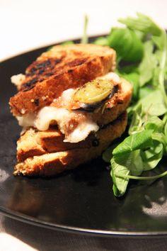 Décidément on ne m'arrête plus dans ma folie du grilled cheese, qui vire légèrement àl'obsession. Il suffit que je croise n'importe quel aliment et je ne peux pas m'empêcher de me demander ce qu'il donnerait calé entre deux tranches de pain avec du fromage et passé àla poêle : un Nutella grilled cheese? Un andouillette…
