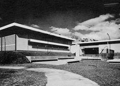 1963• Se inaugura la Escuela Artesanal El Llanito, Petare, Caracas, programada para 600 alumnos, diseñada por el arquitecto Ignacio Zubizarreta (Revalida FAU UCV promoción 9 / 1959) para la Oficina de Arquitectura de la Dirección Técnica del Ministerio de Educación.