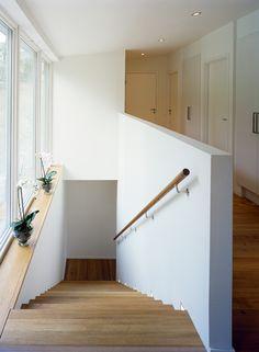 Trappa med fönster. Trappräcke. http://www.arkitekthus.se/objekt/ah022/