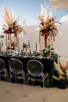 L'herbe de la pampa dans la déco : 5 idées - Clem Around The Corner idée déco pour une réception déco table pour tout évènement anniversaire ou mariage déco bohème inspiré de la nature grâce aux gros bouquets de fleurs séchées sur la table déco élégante nappe en velours vert foncé chaise ronde transparente elegant table nature decoration green velvet Tablecloth dried flower bohemian inspiration  #herbe #pampa #deco #reception #elegant #style #boheme #bohemian #decoexterieur  #party #event