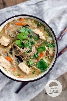 Tajskie zupy pokochałam przy okazji warsztatów w restauracji Papaya. Od tamtego czasu, co jakiś czas nachodzi mnie ogromna ochota na takie właśnie zupy. Na blogu pojawił się już przepis na zupę kokoso