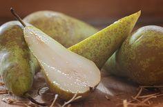 Věděli jste, že hrušek existuje přes 80 druhů? Malé, velké, žluté, zelené i do červena. Vždycky jsou to ale plody s typickým podlouhlým tvarem a úžasnou chutí. Nejlépe chutnají čerstvě dozrálé, tedy na podzim, ale do dnešní dobroty můžeme klidně použít i hruškový kompot.