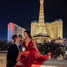 Las Vegas strip at night at the Bellagio fountain and Paris Hotel - by Las Vegas Vacation, Las Vegas Blvd, Las Vegas Pictures, Lightroom, Foto Top, Vegas Style, Couple Photography, Paris Photography, Photoshoot