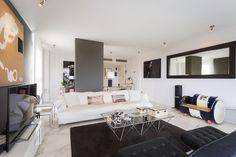 SANTORINI APARTMENT | Disfruta de una de las mejores vistas a la playa de Talamanca desde cualquiera de las dos amplias terrazas y del espacioso solárium de este apartamento de 100m2. #ibiza #luxury #ibizaluxury #apartment