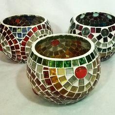 Lámparas para vela ffanlotante Ser Hecho a Mano Mosaico en vidrio Mosaic Planters, Mosaic Vase, Mosaic Flower Pots, Mosaic Tiles, Pebble Mosaic, Mosaic Crafts, Mosaic Projects, Mosaic Stepping Stones, Flower Pot Design