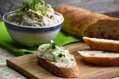 Ebben a percek alatt összedobható húskrémben újjászületik a hétvégéről megmaradt, hűtőben raboskodó sült csirke. Próbáljátok ki, vagy írjátok meg, Ti hogyan készítitek! Mozzarella, Feta, Camembert Cheese, Mashed Potatoes, Muffin, Bread, Chicken, Ethnic Recipes, Vaj