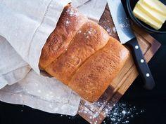 Briossileipä on löytänyt paikkansa high-end burgereihin ja beef wellingtoneihin,tälläkertaa leivoinsitä kuitenkin aivan arkiseen herkutteluun. Briossi on syntynyt Ranskassa (brioche) 1600 luvulta, mutta tänä päivänä sitä voit saada läheisestä leipomosta.Ohjeita briossillelöytyy yllin kyllin, mutta perusperiaate on sama: taikinan neste on maitoa janoinkolmannes painosta on voita, lisäksitaikinan annetaanelellä vähintään yksi yö itsekseen, jotta saadaan haluttu lopputulos. Klassinen …