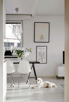 Ruokatila on avokeittiön ja olohuoneen välissä. Ruokapöytä tehtiin yhdistämällä Ikean levy ja pukkijalat. Tuoleina ovat Vitran DSR-tuolit valkoisena. Seinällä on The little black jacket -taulu, joka on kirpputorilöytö bloggaajien kirppikseltä ja New York -juliste muistona hääkaupungista.