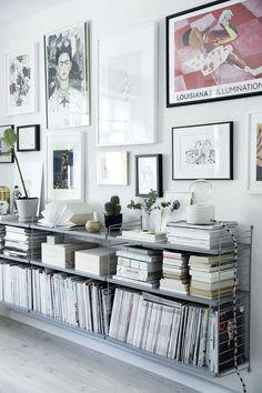 Taglejlighed på to etager spækket med detaljer, du skal se Living Room Modern, Home And Living, Living Spaces, Low Bookshelves, Creative Bookshelves, String Regal, String Shelf, Interior Decorating, Interior Design