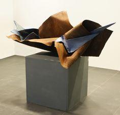 """""""O przezwyciężaniu cierpienia - o twórczej sile nadziei """" Forma III - praca dyplomowa - ceramika szkliwiona, metal, 190x90x90 cm, 2012"""
