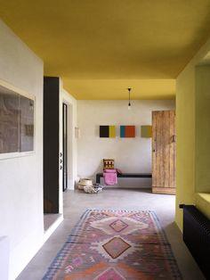 Durf ook eens in je hal met kleuren te spelen. Kleurgebruik in deze hal: Dazzling Night, retro Vibe en Fresh Linen (collectie: Creations).