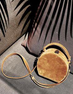 Avec ses allures de boîte à chapeau, ce sac à main ne manque pas de charme (sac Bertoni 1949 - photo Mary Seng)