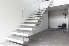 Leijuvat portaat samettisesta, korkealujuus valkobetonista. Toimitimme pitkästä aikaa leijuvat betoniportaat Pohjois-Suomeen. Olemme kehittäneet tämän mallin rakennetta siten että se voidaan asentaa nyt myös valuharkkoseinään omatoimisesti. #koti #kodinsisustus #kotisisustus #sisustus Koti, Stairs, Home Decor, Stairway, Decoration Home, Room Decor, Staircases, Home Interior Design, Ladders