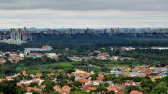 Imagem feita do Alto do Jardim Guimarães, na região norte da cidade, mostra os bairros Jardim Telespark, o Rio Paraíba, Santana e, mais ao fundo, o Banhado, e a região central da cidade. De todos os lados, a cidade mostra sua beleza e atrativos, em meio à vida urbana.   Foto: José Aparecido